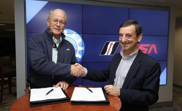 La firma dell'accordo fra IMSA (Jim France) e ACO (Pierre Fillon)