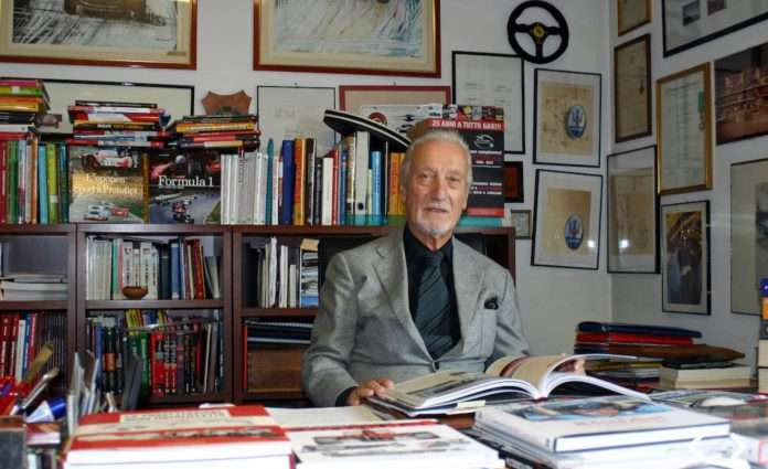Giorgio Nada posa con alcune delle sue opere