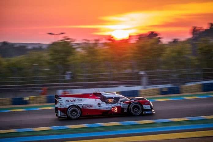 Toyota alle prime luci dell'alba ancora in testa al comando della 24 Ore di Le Mans