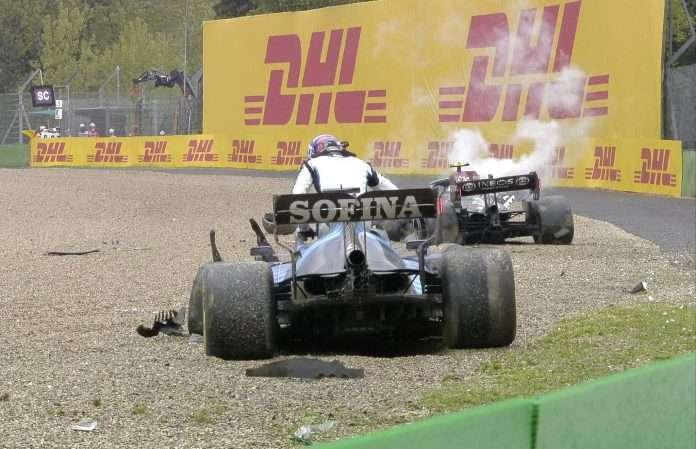 La Mercedes e la Williams nella via di fuga appena dopo il botto del GP dell'Emilia Romagna