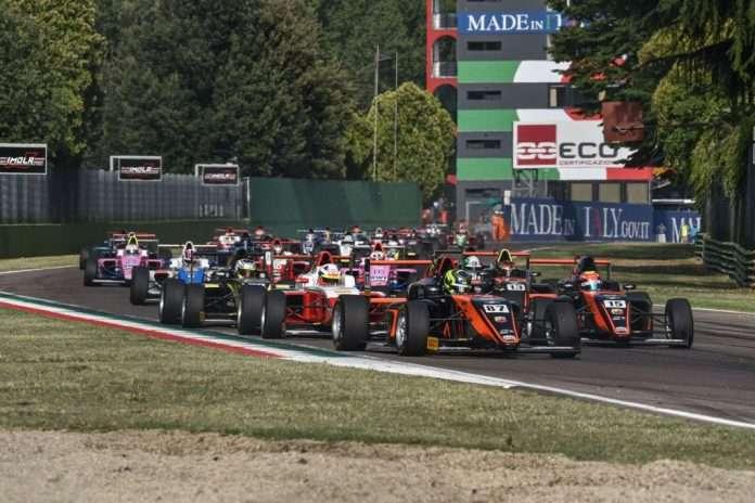 Lo start di gara-3 a Imola dell'Italian F4 Championship