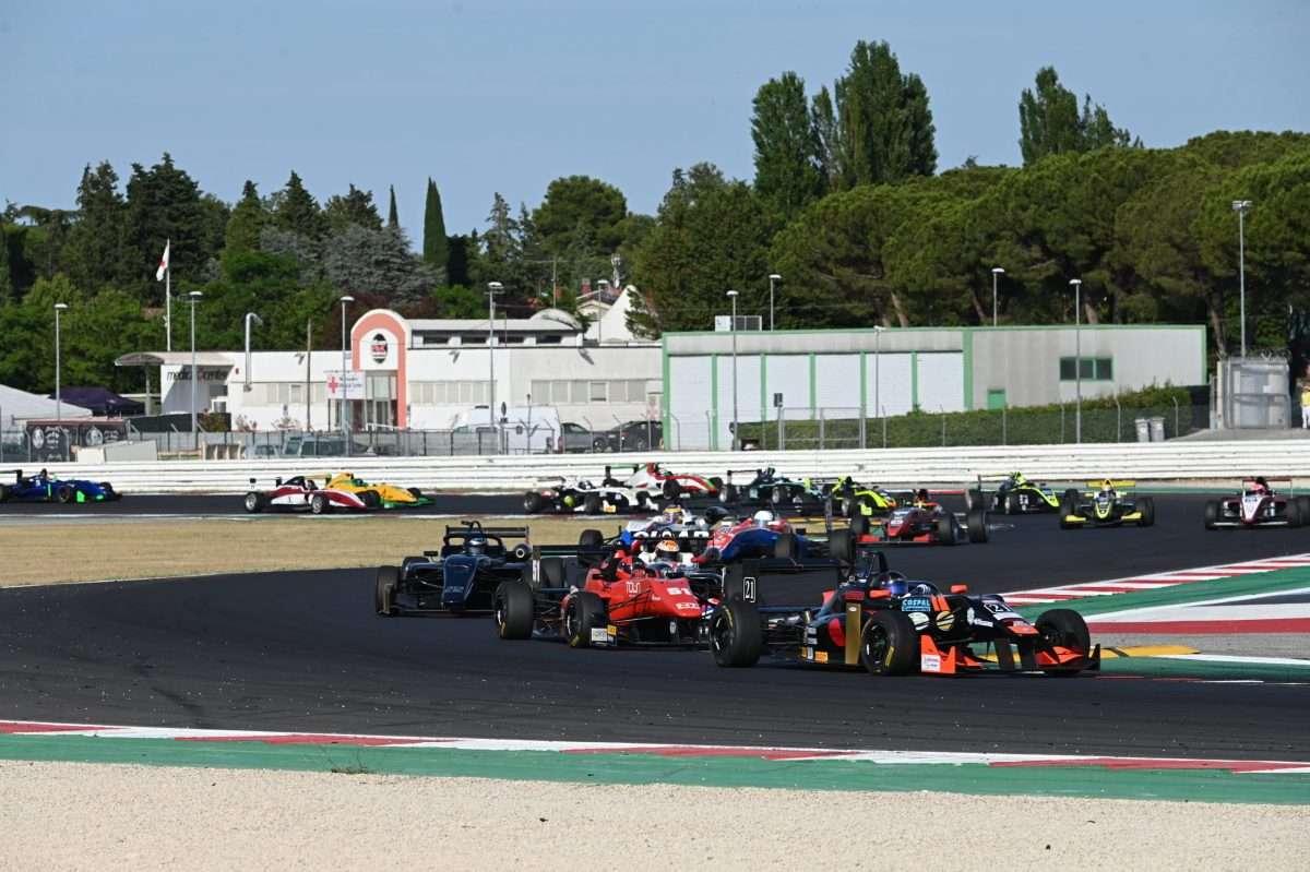 Il gruppone della Topjet FX2000 Formula Trophy nelle prime fasi di gara