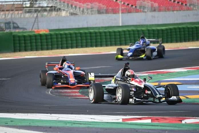 Alberto Naska guida il gruppo della FX3 a Misano