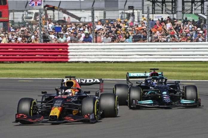 Verstappen davanti a Hamilton nelle prime fasi del GP di Gran Bretagna