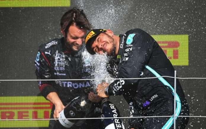 I festeggiamenti di Lewis Hamilton dopo la vittoria a Silverstone